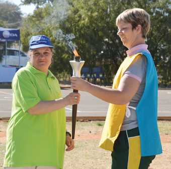 The torch was carried by the five athletes who attended the World Games in Abu Dhabi. It was carried by one after the other. Laurette Syffert (Triest) hands the torch to Annatjie de Villiers (Daphne Lee).